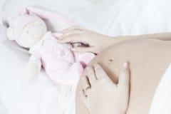 Jonge zwanger met roze teddybeer Stock Fotografie