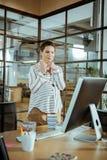 Jonge zwangere onderneemster die in modern bureau werken royalty-vrije stock fotografie
