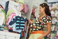 Jonge zwangere vrouw bij winkel Royalty-vrije Stock Afbeelding