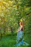 Jonge zwangere vrouw die en van het leven in aard ontspannen genieten royalty-vrije stock foto