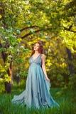 Jonge zwangere vrouw die en van het leven ontspannen genieten royalty-vrije stock afbeelding