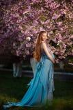 Jonge zwangere vrouw die en van het leven ontspannen genieten royalty-vrije stock afbeeldingen