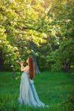 Jonge zwangere vrouw die en van het leven ontspannen genieten royalty-vrije stock foto