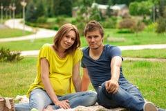Jonge zwangere vrouw met de jonge mens Royalty-vrije Stock Fotografie