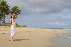 Jonge zwangere vrouw op het strand Stock Afbeelding