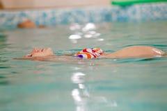 Jonge zwangere vrouw in zwembad Royalty-vrije Stock Afbeeldingen