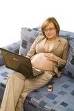 Jonge zwangerschapsvrouw bij thuiswerk Royalty-vrije Stock Fotografie