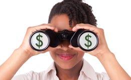 Jonge zwarte/Afrikaanse Amerikaanse bedrijfsvrouw die verrekijkers met behulp van Stock Foto