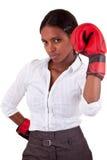 Jonge zwarte die bokshandschoenen draagt Royalty-vrije Stock Fotografie