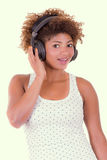 Jonge zwarte het luisteren muziek royalty-vrije stock afbeelding