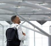 Jonge zwarte mens bij luchthaven met zak stock afbeelding