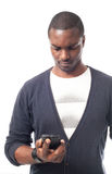 Jonge zwarte mens die de telefoon bekijken Royalty-vrije Stock Afbeelding