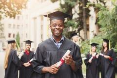 Jonge zwarte mens op zijn graduatiedag royalty-vrije stock foto's