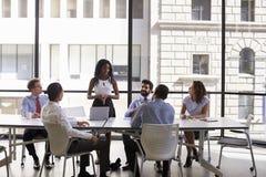 Jonge zwarte onderneemster die collega's richten op een vergadering royalty-vrije stock foto