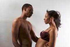 Jonge zwarte paarMan en vrouw in liefde Stock Afbeelding