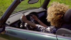 Jonge Zwarte Sexy Dame Driving The Car stock videobeelden