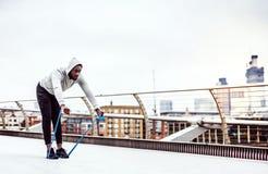 Jonge zwarte sportman die met elastische elastiekjes in Londen uitoefenen royalty-vrije stock foto's