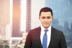 Jongelui die Aziatische zakenman glimlachen stock fotografie
