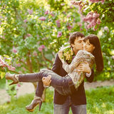 Jongelui die gelukkig paar in liefde kussen Royalty-vrije Stock Foto