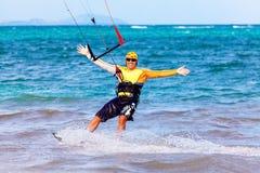 Jongelui die kitesurfer op overzeese Extreme Sport als achtergrond Kitesur smiing Stock Afbeelding