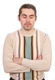 Jongelui die knap geïsoleerdo mannetje in sweater mediteren Stock Foto