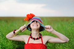 Jongelui die mooi meisje met papavers glimlachen Stock Foto's