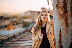 Jongelui die mooi meisje op het dak verbazen stock afbeeldingen