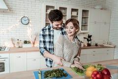 Jongelui die mooie vrouw met grote oorringen en haar echtgenoot richten die groot voelen stock foto