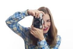 Jongelui die positieve vrouwenfotograaf met camera charmeren royalty-vrije stock foto