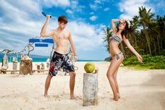 Jongelui die van gelukkig paar op tropisch strand houden Royalty-vrije Stock Foto
