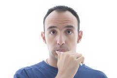 Jongelui die zijn tanden met expressief gezicht schoonmaken stock fotografie