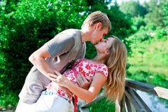 Jongelui koppelt het kussen Royalty-vrije Stock Fotografie