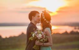 Jongelui koppelt in liefde openlucht bij de zonsondergang Royalty-vrije Stock Afbeeldingen