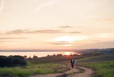 Jongelui koppelt in liefde openlucht bij de zonsondergang Royalty-vrije Stock Afbeelding
