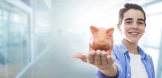 Jongelui met tandprothese of steunen en besparingen royalty-vrije stock foto
