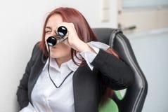 Jongelui, proffessionals die voor een baan loocking stock fotografie
