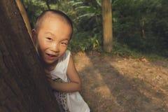 Jongen achter boom Stock Foto