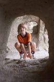 Jongen achter tunnel stock fotografie