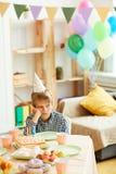 Jongen alleen bij Verjaardagspartij stock fotografie
