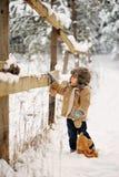 Jongen alleen in de winter in het bos royalty-vrije stock afbeelding