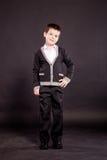 Jongen in ambtenaar dresscode Stock Fotografie