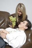 Jongen & meisje/cluster van druiven Stock Foto's