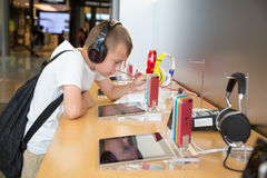 Jongen in Apple-opslag in Hong Kong Stock Foto's