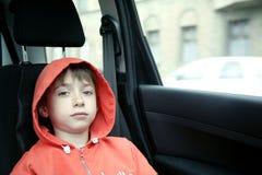 Jongen in auto stock foto's
