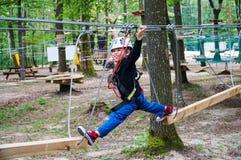 Jongen in avonturenpark Stock Fotografie
