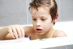 Jongen in bad het spelen Stock Afbeelding