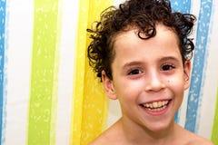 Jongen in badkamers Stock Afbeelding