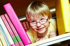 Jongen in bibliotheek royalty-vrije stock afbeelding