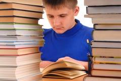 Jongen in Bibliotheek Stock Afbeeldingen
