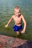 Jongen bij de fontein Stock Foto's